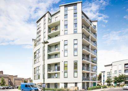 2 Bedrooms Flat for sale in Acklington Drive, London, Uk