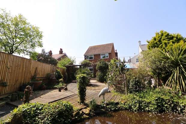 3 Bedrooms Detached House for sale in South Road, Hailsham, BN27