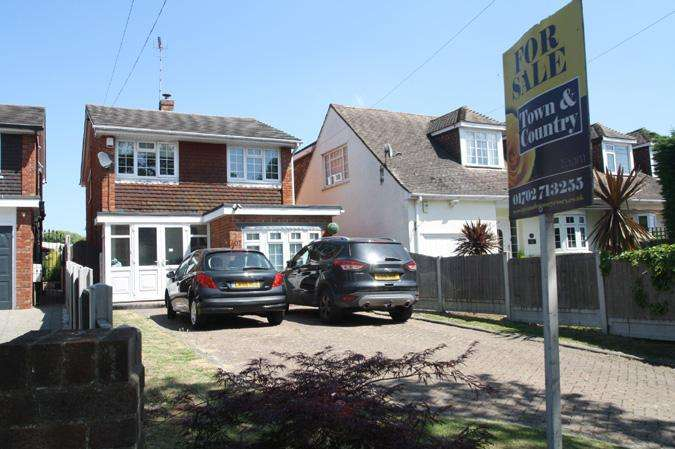 5 Bedrooms Detached House for sale in Eastwood, leigh-on-sea SS9