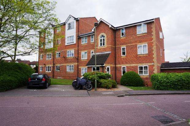 2 Bedrooms Flat for sale in Blackdown Close, London N2 8JF
