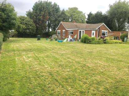 3 Bedrooms Bungalow for sale in Main Road, Saltfleetby, Louth, Lincolnshire