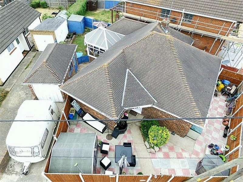 4 Bedrooms Detached Bungalow for sale in Kitkatts Road, CANVEY ISLAND, Essex