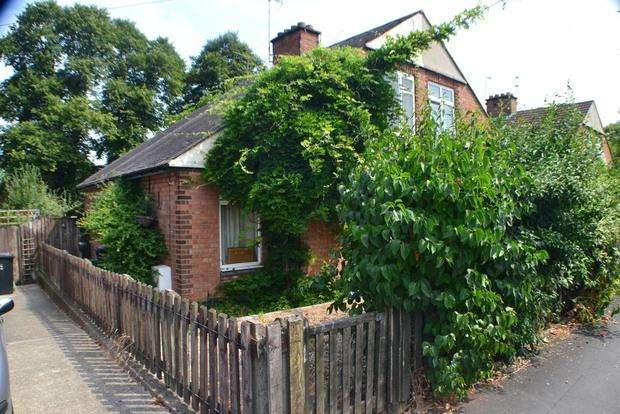 3 Bedrooms Semi Detached House for sale in Herrick Road, Knighton, Leicester, LE2