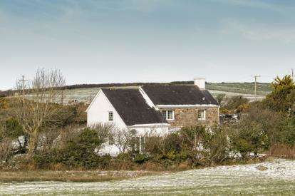 3 Bedrooms Detached House for sale in Llanfechell, Amlwch, Isle Of Anglesey, LL68