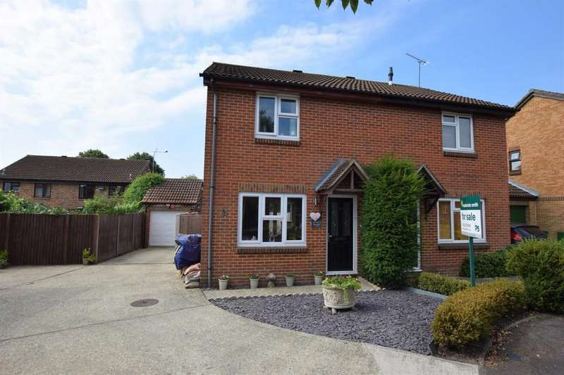 3 Bedrooms Semi Detached House for sale in Yew Tree Close, Farnborough