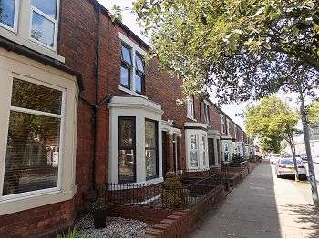 3 Bedrooms Town House for sale in Warwick Road, Carlisle, CA1 2BX