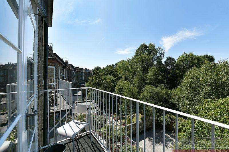 2 Bedrooms Flat for sale in Compayne Gardens, South Hampstead.