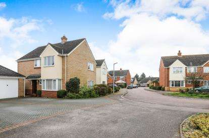 4 Bedrooms Detached House for sale in Bickerdikes Gardens, Sandy, Bedfordshire
