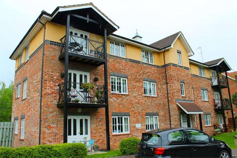 2 Bedrooms Penthouse Flat for sale in Lyndhurst Road, FLEET