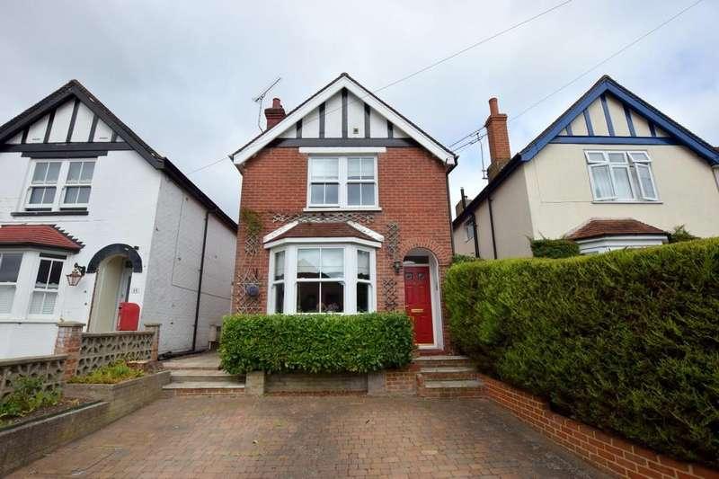 4 Bedrooms Detached House for sale in Clarence Road, Fleet, GU51