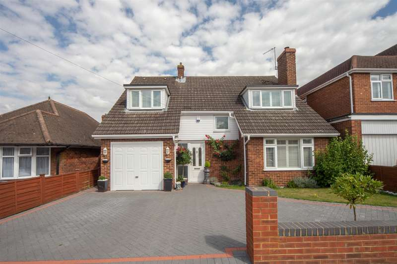 4 Bedrooms Detached House for sale in The Retreat, Dunstable