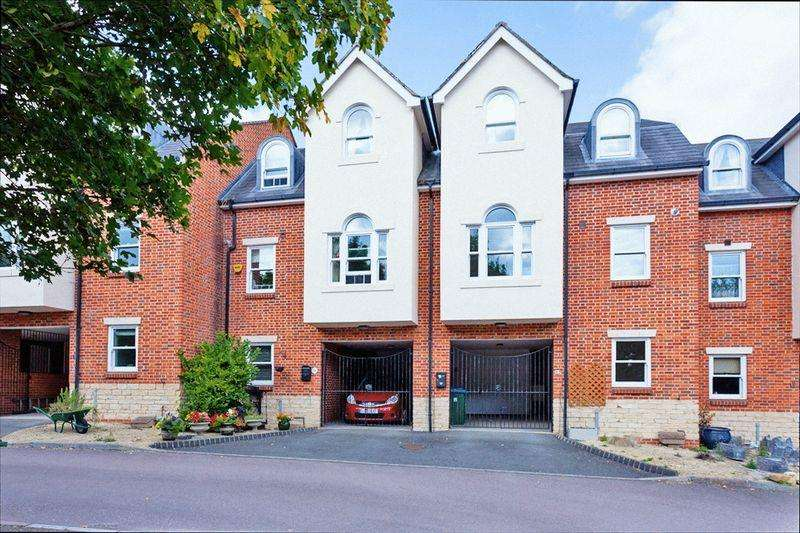 3 Bedrooms Terraced House for sale in Sandmartin Close, Buckingham