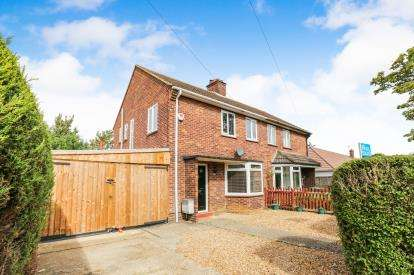 3 Bedrooms Semi Detached House for sale in Windsor Way, Sandy, Bedfordshire