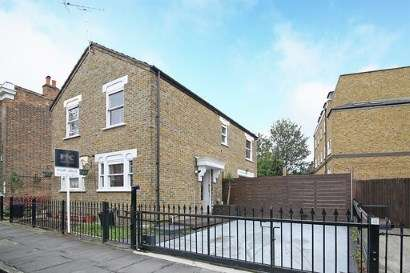 2 Bedrooms Semi Detached House for sale in Bow, London, Uk