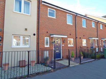 3 Bedrooms Terraced House for sale in Bicester Road, Aylesbury, Buckinghamshire