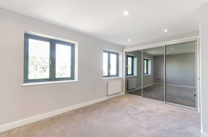 4 Bedrooms House for sale in Pear Tree Close, Chessington, KT9