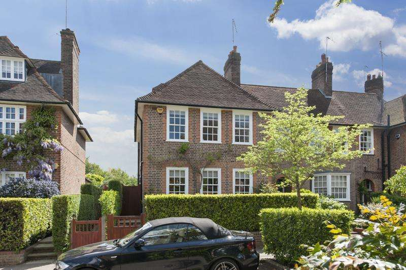 4 Bedrooms Terraced House for sale in Corringway, NW11