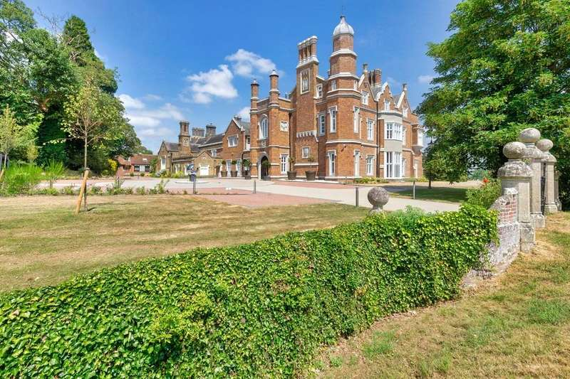 2 Bedrooms Apartment Flat for sale in Overlooking East Herts Golf Course