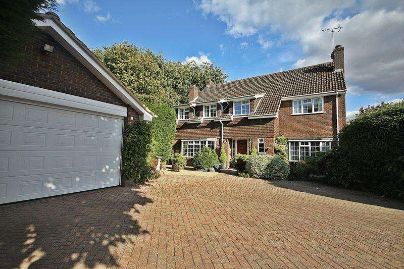 5 Bedrooms Detached House for sale in Chestnut Close, Westoning