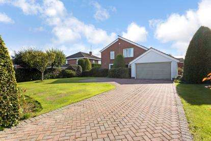 4 Bedrooms Detached House for sale in Darras Road, Darras Hall, Ponteland, Northumberland, NE20