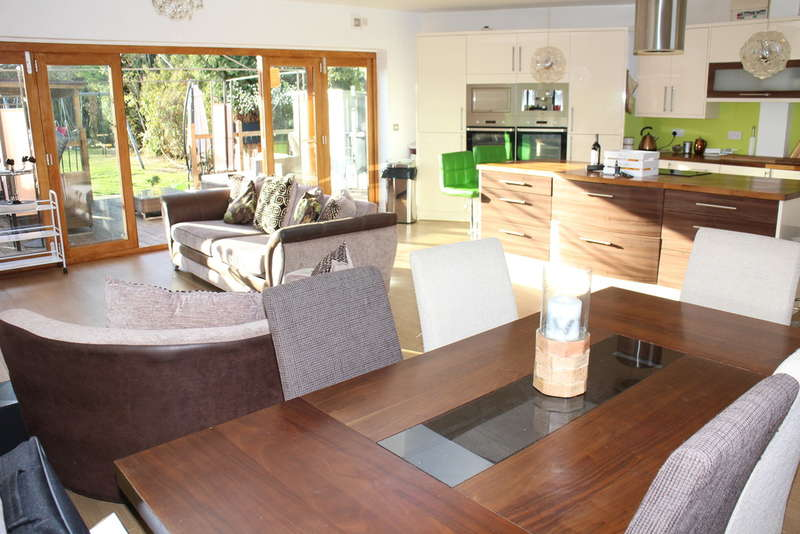 4 Bedrooms Chalet House for sale in Lodge Lane, Romford