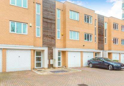 4 Bedrooms Terraced House for sale in Lakeside Rise, Manchester, Greater Manchester