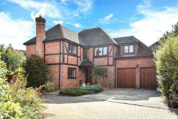 5 Bedrooms Detached House for sale in Fullerton Close, Elvetham Heath, Fleet