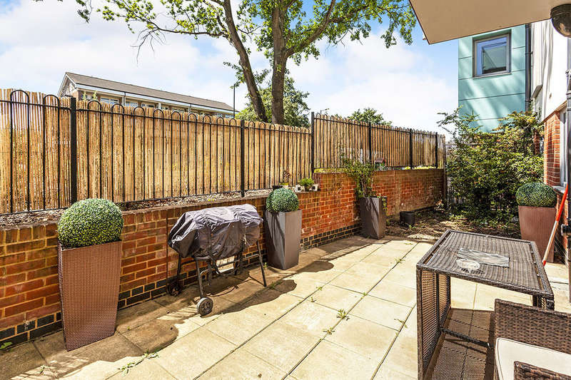 2 Bedrooms Flat for sale in Cowdrey Mews, London, SE6