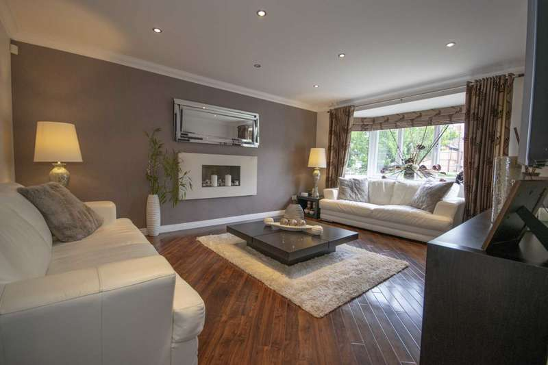 4 Bedrooms Detached House for sale in Whitfield Drive, Rochdale