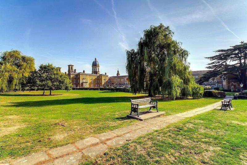 4 Bedrooms Flat for sale in Princess Park Manor, N11