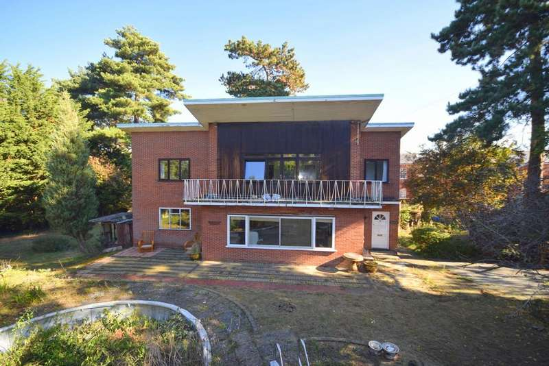 4 Bedrooms Detached House for sale in Links Drive, Chelmsford, CM2 9AW