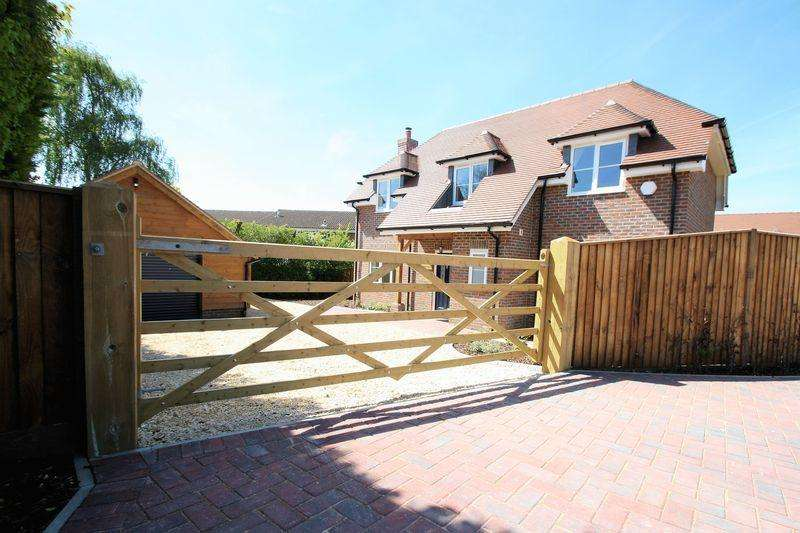 4 Bedrooms Detached House for sale in Swanmore - Available Now.