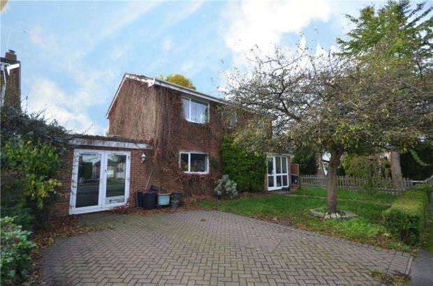 4 Bedrooms Detached House for sale in Bridge Walk, Yateley, Hampshire