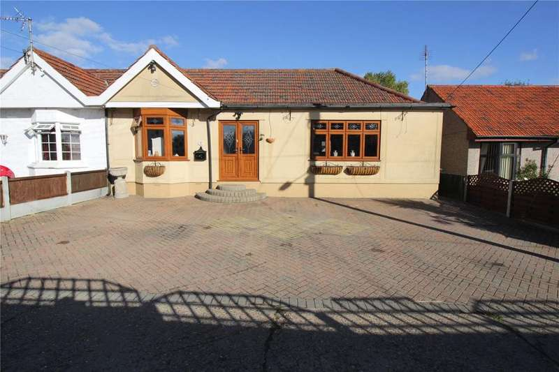 3 Bedrooms Semi Detached Bungalow for sale in Carisbrooke Drive, Corringham, Thurrock, SS17