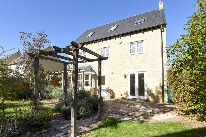 5 Bedrooms Detached House for sale in Carterton, Oxfordshire, OX18