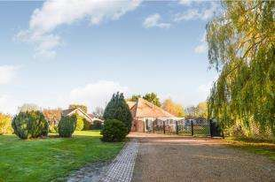 4 Bedrooms Bungalow for sale in Pound Lane, Kingsnorth, Ashford, Kent