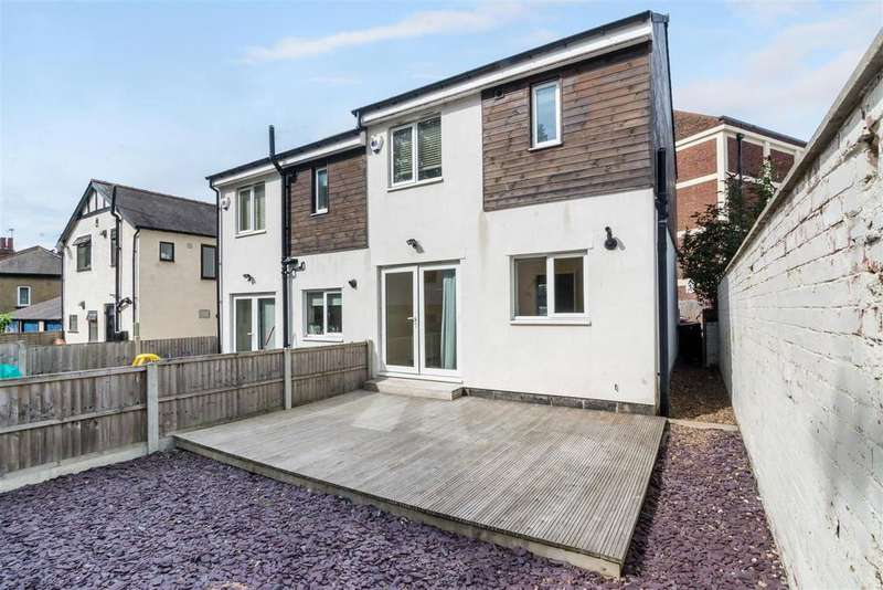 2 Bedrooms Semi Detached House for sale in The Yard, Clarence Drive, Horsforth