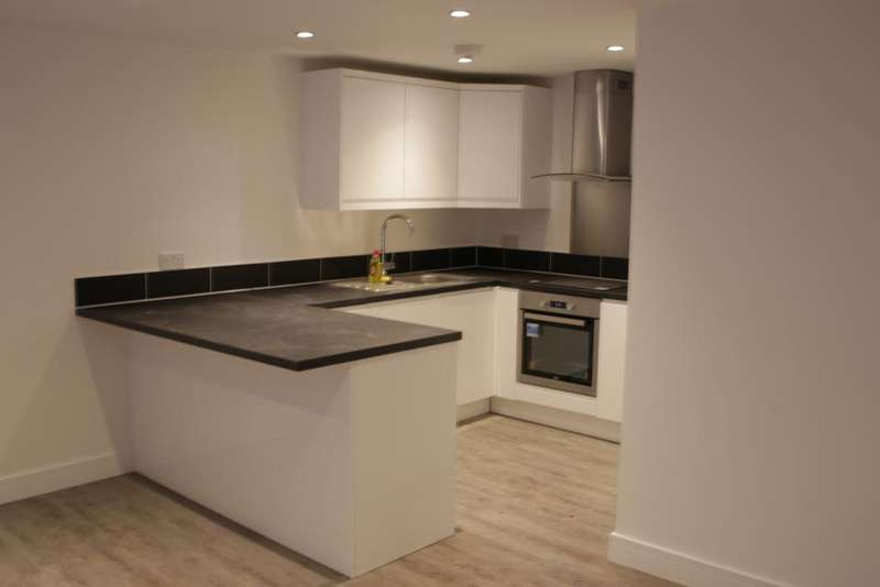 3 Bedrooms Ground Flat for rent in SL1 High street