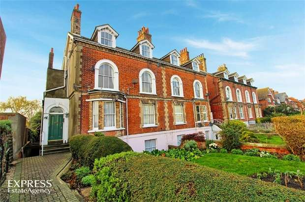 2 Bedrooms Flat for sale in 1 Cliff Road, Dovercourt, Harwich, Essex
