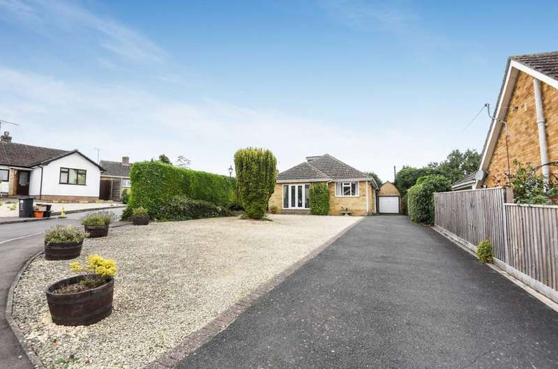 3 Bedrooms Bungalow for sale in Hatchers Crescent, Blunsdon, Wiltshire, SN26