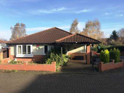 3 Bedrooms Bungalow for sale in Sokeman Close, Greenleys, Milton Keynes, Buckinghamshire
