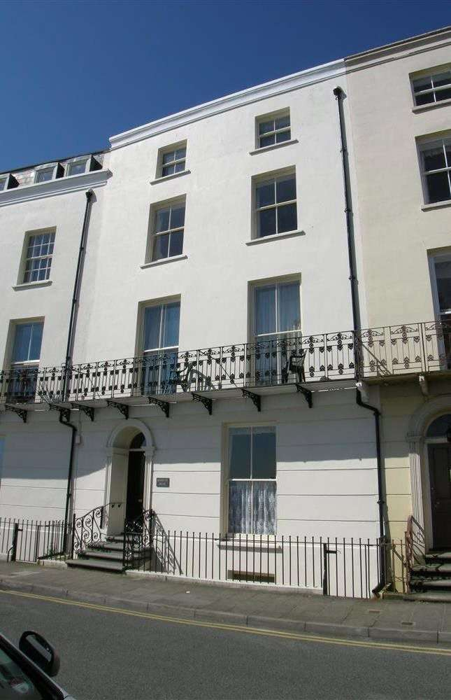 3 Bedrooms Flat for sale in Flat 10, Richmond House, The Croft, Tenby