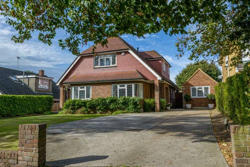 5 Bedrooms Detached House for sale in Nobles Green Road, Leigh-On-Sea