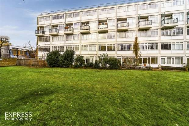 1 Bedroom Studio Flat for sale in Churchill Gardens, London