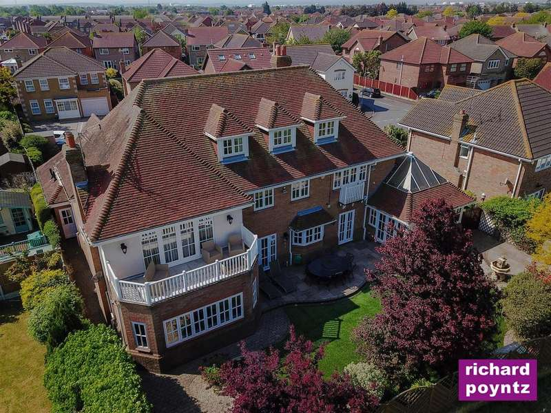 4 Bedrooms Detached House for sale in Hardys Way, Canvey Island