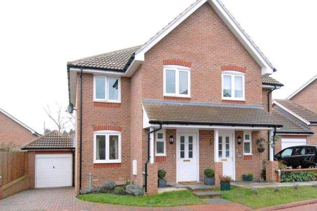3 Bedrooms Semi Detached House for sale in Pound Place, Binfield, Bracknell