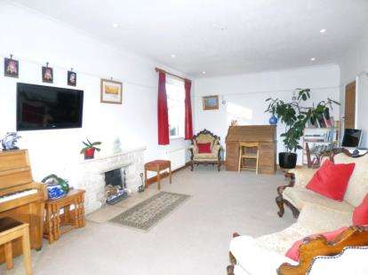 4 Bedrooms Bungalow for sale in The Close, Potters Bar, Hertfordshire
