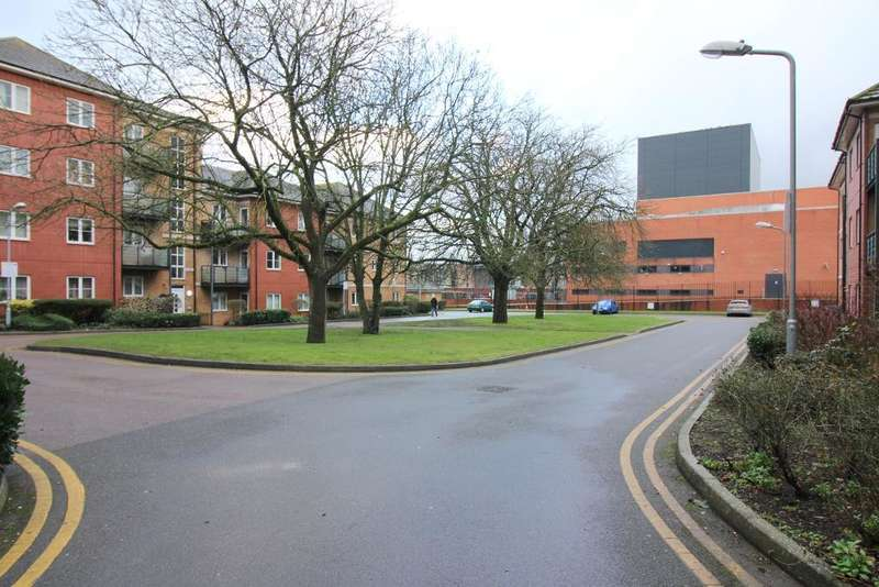 1 Bedroom Flat for sale in The Parklands, Court Drive, Dunstable, Bedfordshire, LU5 4GW