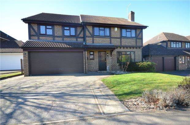 4 Bedrooms Detached House for sale in Ryves Avenue, Yateley, Hampshire