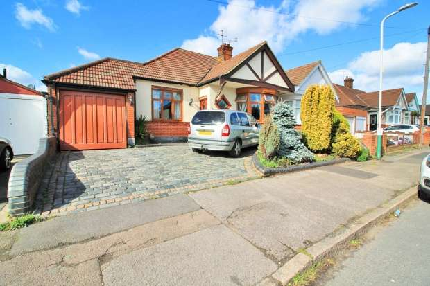 3 Bedrooms Semi Detached Bungalow for sale in Grosvenor Drive, Hornchurch, Essex, RM11 1PH